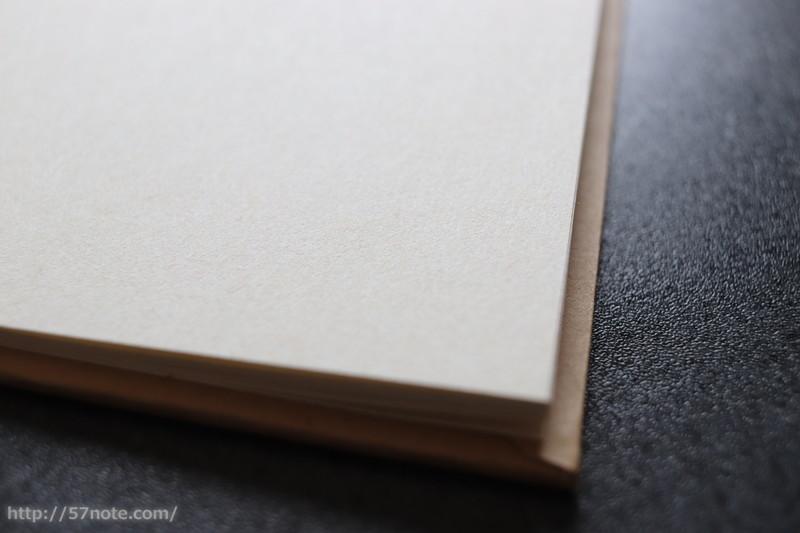 紙は生成りの感じで質感もよい